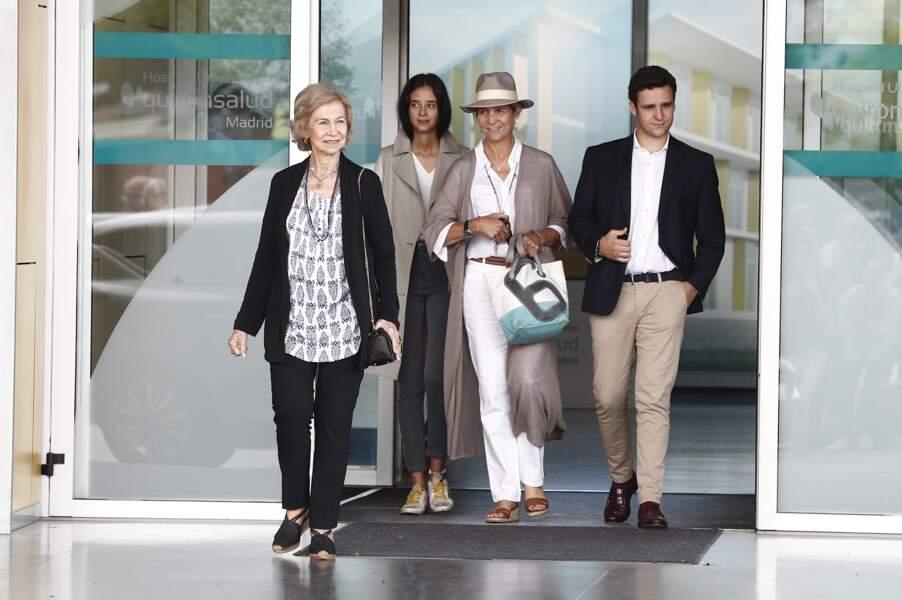 La reine Sofia, l'infante Elena et ses enfants Victoria Federica et Felipe Juan, à l'hôpital de Madrid, le 27 août.