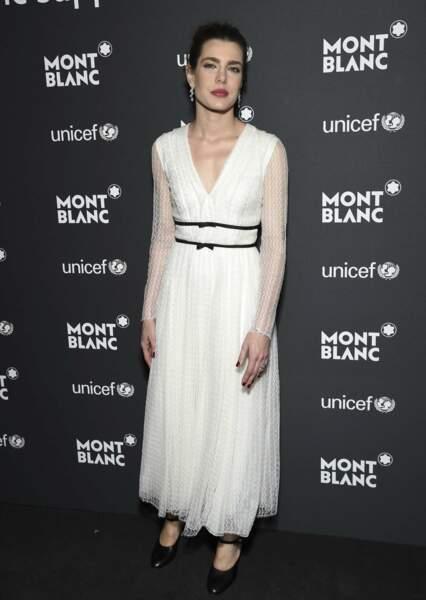 Dans sa robe griffée Giambattista Valli, elle affiche une look à la fois sage et sensuel