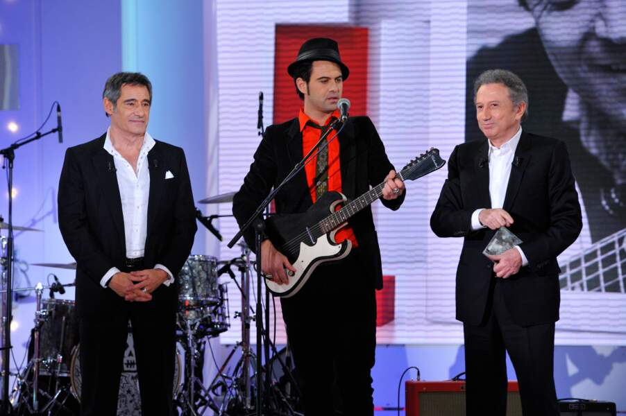 Manu Lanvin aux côtés de son père Gérard Lanvin et de Michel Drucker lors de l'émission Vivement dimanche en 2013