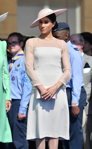 Meghan Markle en robe Goat Fashion et chapeau nude