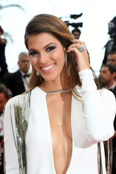 Robe blanche et sourire éclatant d'Iris Mittenaere (bijoux De Grisogono)