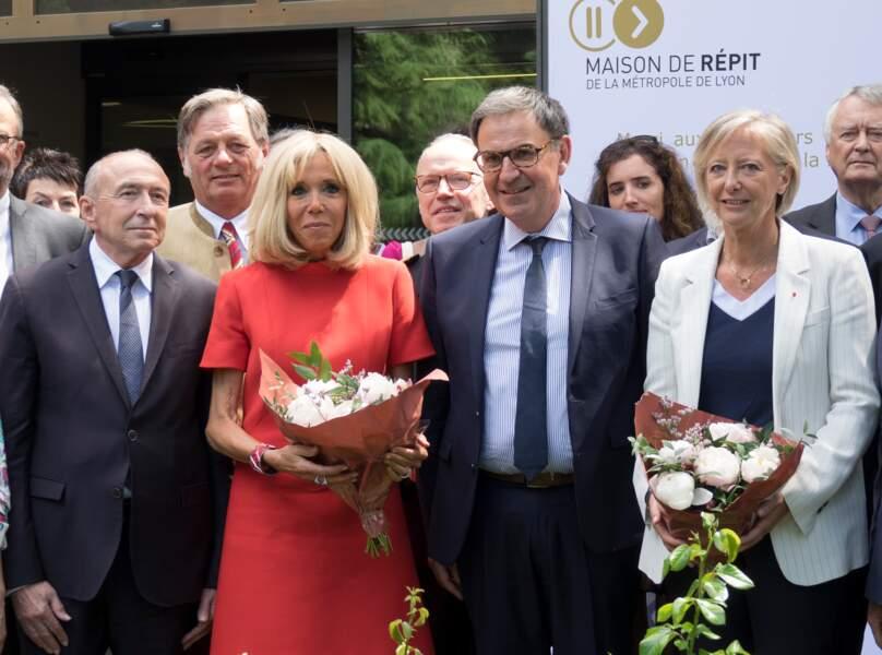 Brigitte Macron renoue avec sa passion de la robe courte d'un rouge flamboyant