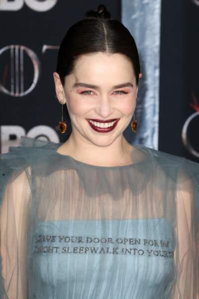 Emilia Clarke a fait sensation avec son rouge foncé et son fard à paupières roses le 3 avril 2019.