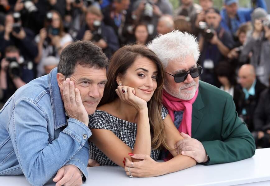 Penélope Cruz entourée d'Antonio Banderas et de Pedro Almodovar lors du photocall à Cannes.