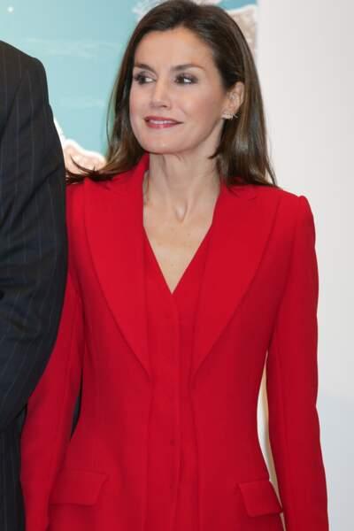 La reine Letizia d'Espagne, canon en tailleur rouge