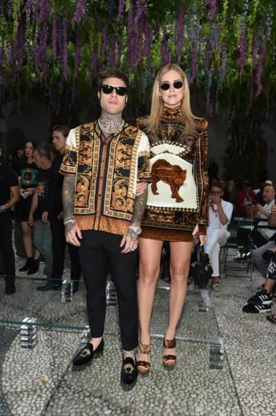 Chiara Ferragni et son mari Fedez fondent pour l'imprimé animalier au défilé Versace.