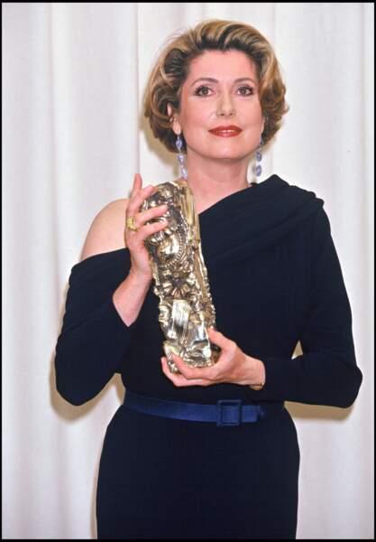 """Catherine Deneuve reçoit le César de la meilleure actrice en 1993 pour le film """"Indochine"""""""