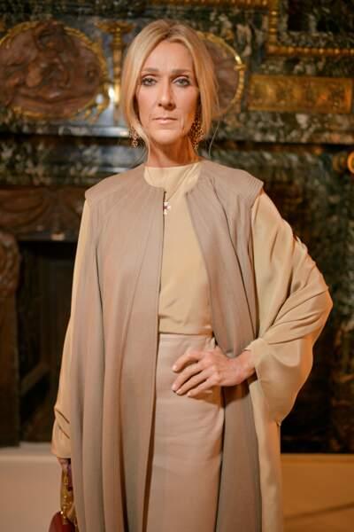 Céline Dion dans un total look beige Valentino