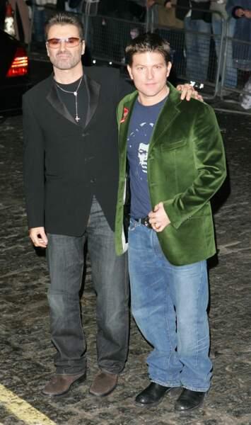 """2005: George et Kenny, à l'avant-première londonienne de """"A different story"""", documentaire consacré au chanteur."""