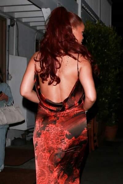 Rihanna s'aide d'extensions pour avoir des cheveux rouges et longs