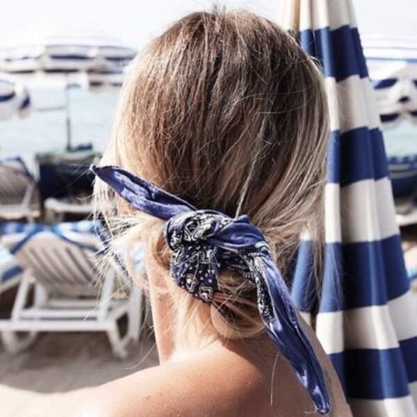 Un chignon loose on ne peut plus simple avec un bandana noué autour