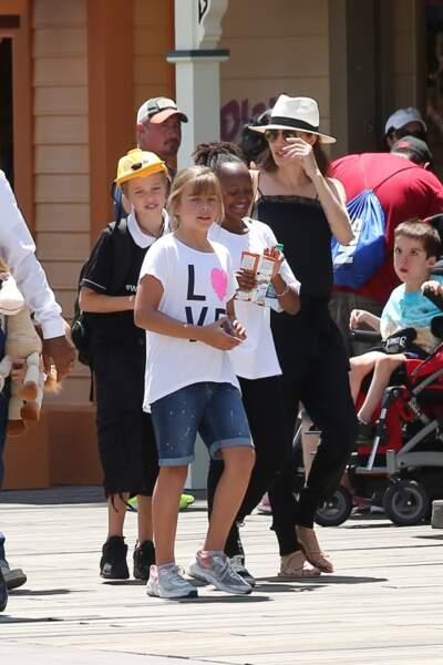 Angelina Jolie rend tout le monde heureux, même Zahara avec quelques snacks.