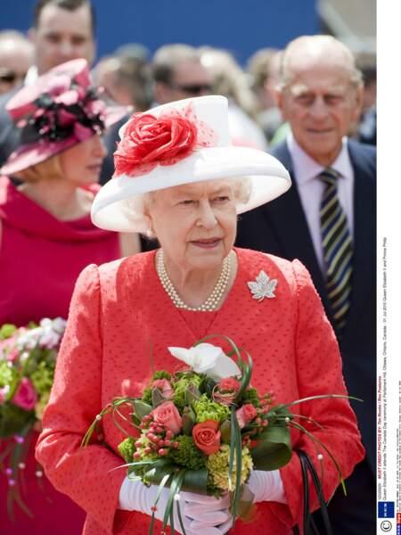 La brochée portée par la reine Elisabeth II, à Ottawa, le 1er juillet 2010.