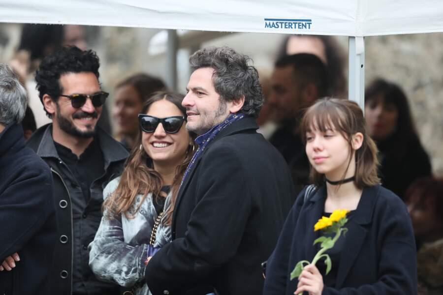 Izïa Higelin et son compagnon Bastien Burger aux côtés de Matthieu Chedid lors des obsèques de Jacques Higelin