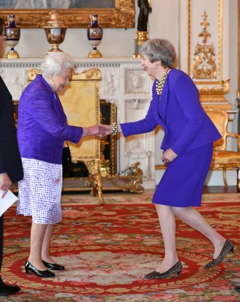 Theresa May très en couleur et assortie à la reine Elizabeth II ce mardi 5 mars