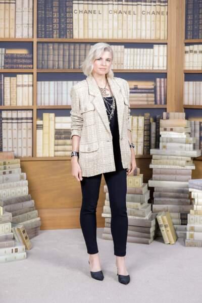 Chez Chanel, Cécile Cassel adopte le blazer XXL en tweed sur un total look noir plus relax, idéal pour le soir