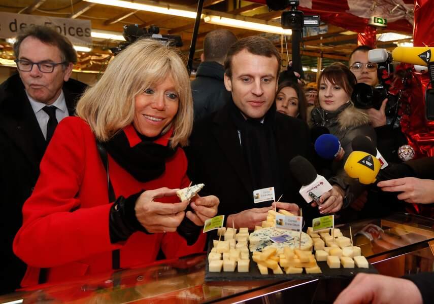 Le couple déguste des fromages et souhaite la bonne année aux commerçants