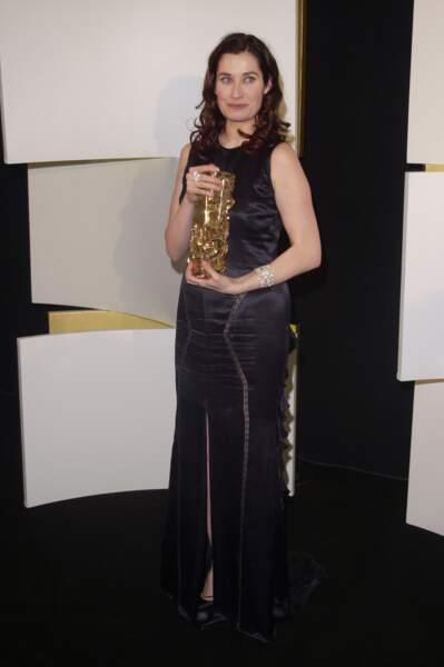 Emmanuelle Devos en longue robe noire fendue, dans les coulisses des César au Théâtre du Châtelet, en 2002