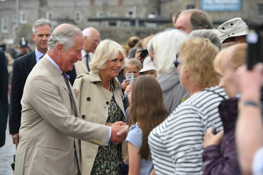 Camille Parker Bowles et le prince Charles saluent la foule le jour de son anniversaire à St Mary's