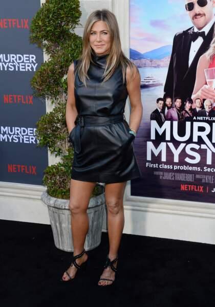 Pour l'occasion, Jennifer Aniston sexy en robe courte en cuir Celine by Hedi Slimane
