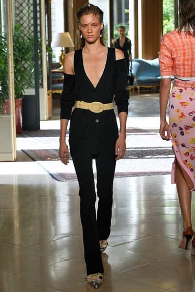 Altuzarra twiste le costume noir féminin, épaules dénudées et ceinture à la taille, idéal pour Meghan Markle.