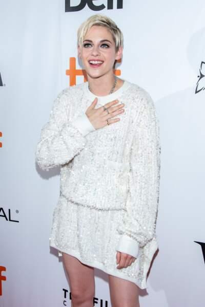 Kristen Stewart sait manier cheveux courts et blond polaire à la perfection.