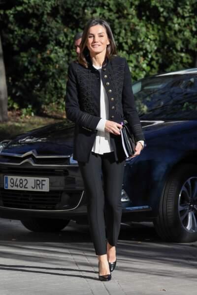 La reine Letizia d'Espagne rayonnante avec une veste d'officier Zara et un pantalon noir