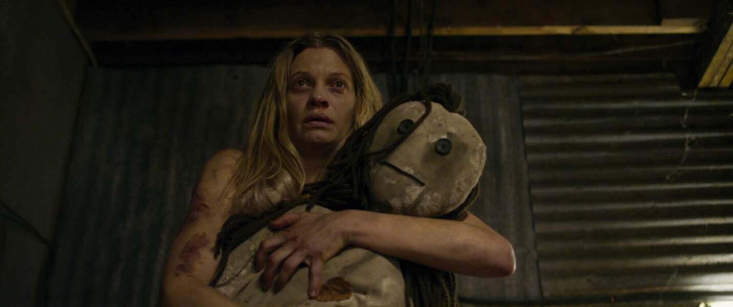 Vera, incarnée par Anastasia Phillips, a plongé dans la folie et vit avec leur mère dans la maison de l'horreur