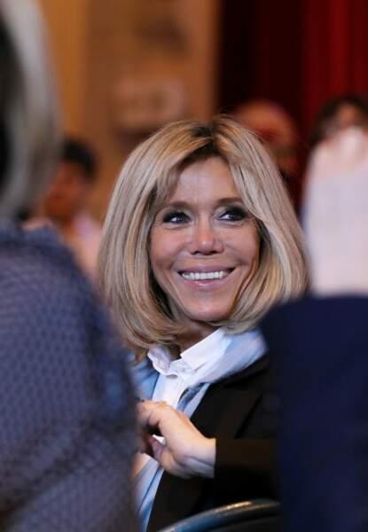 Brigitte Macron, tout sourire