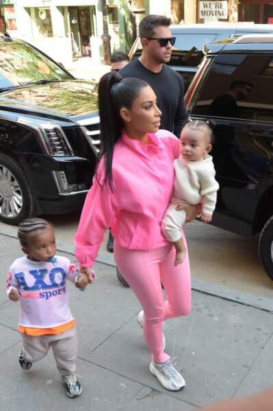 Saint et Chicago West, dans les bras de sa mère Kim Kardashian, à New York le 29 septembre 2018