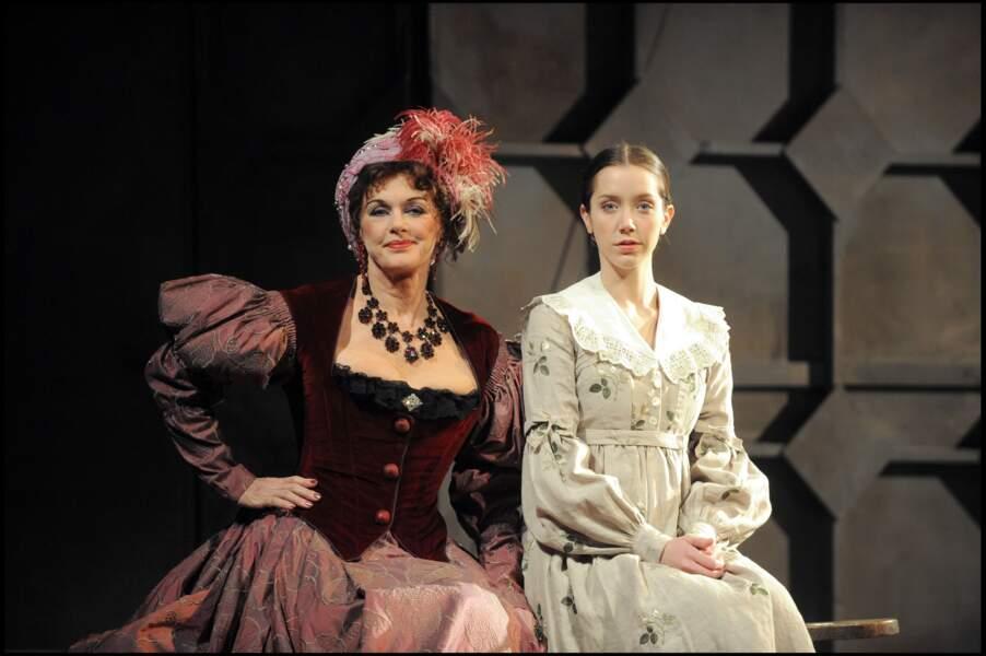 """Anny Duperey et sa fille Sara Giraudeau réunies sur scène pour la pièce """"Colombe"""" en 2010"""
