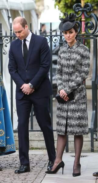 Son manteau au motifs zig-zag gris n'est pas passé inaperçu