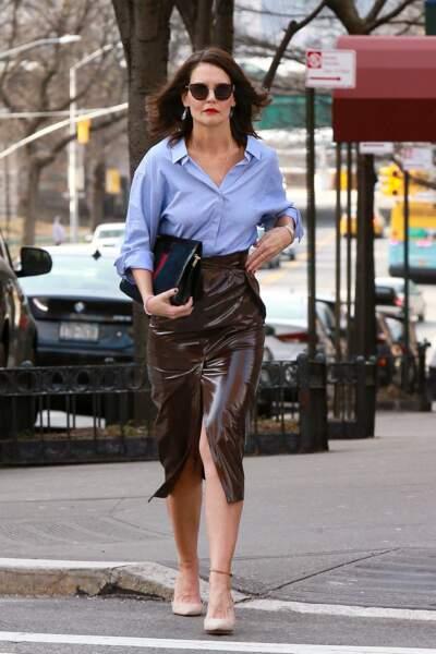 Katie Holmes stylée avec une paire de lunettes de soleil, une longue jupe en cuir fendue sur le devant