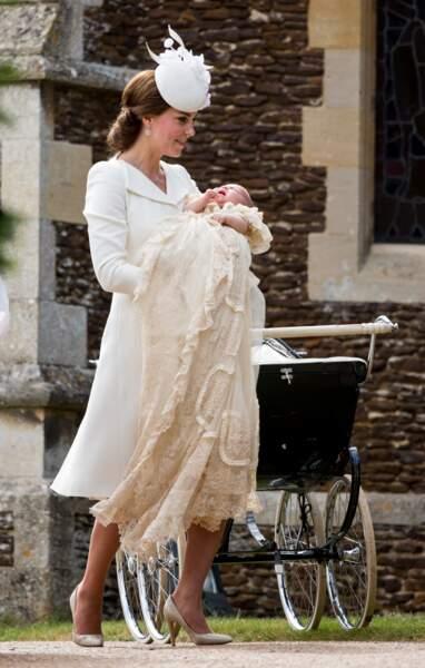 Kate Middleton et la princesse Charlotte, dans la somptueuse robe de baptême royale, le 5 juillet 2015