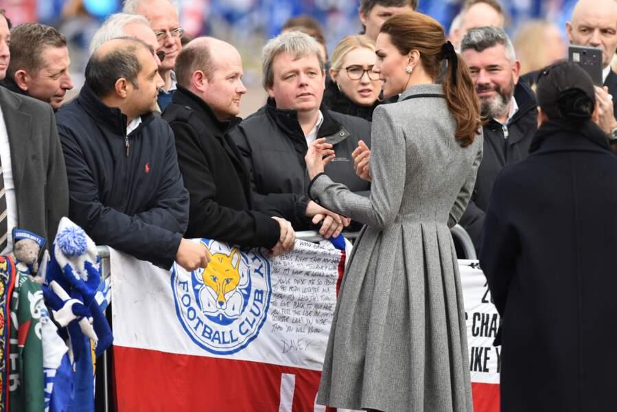 Kate Middleton coiffée d'une queue de cheval et d'un ruban noir, à Leicester le 28 novembre 2018