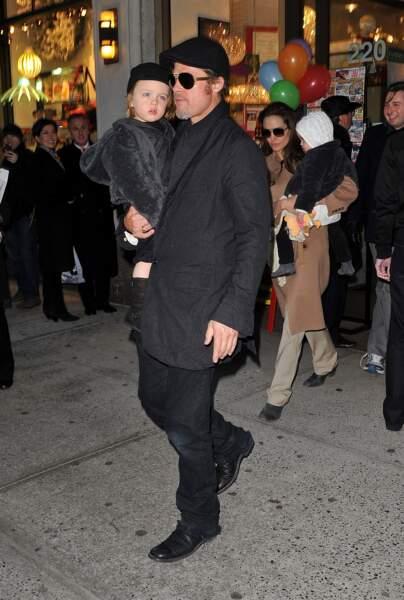 Knox, dans les bras de son père en décembre 2010, a pour deuxième prénom Leon, en raison de sa naissance en France.