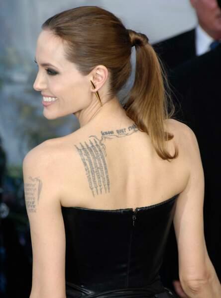 La queue de cheval avec attache cheveux comme Angelina Jolie