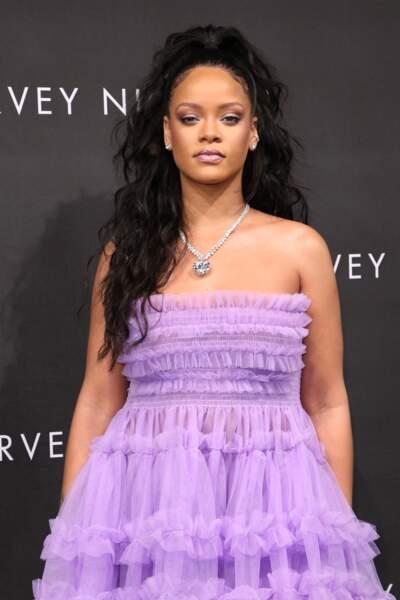 les cheveux longs wavy façon Rihanna