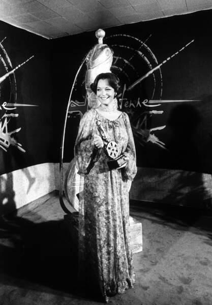 Romy Schneider, en longue robe légère à imprimé fleuri, dans les coulisses de la cérémonie des César 1976