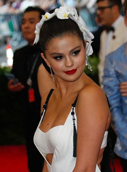 Le chignon fleuri de Selena Gomez
