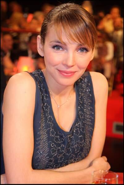 """Claire Keim et son chignon à frange plaquée, sur le plateau de l'émission """"Le plus grand cabaret du monde"""" en 2008"""