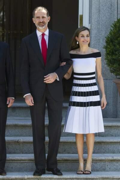 Sixties dans sa robe blanche rayée de noir