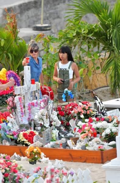 Jade Hallyday se recueille sur la tombe de Johnny au cimetière de Lorient, le 20 avril 2018
