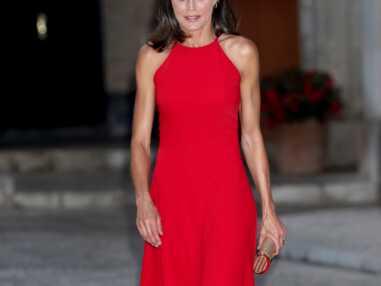 PHOTOS - Letizia d'Espagne dévoile son teint hâlé dans une robe rouge