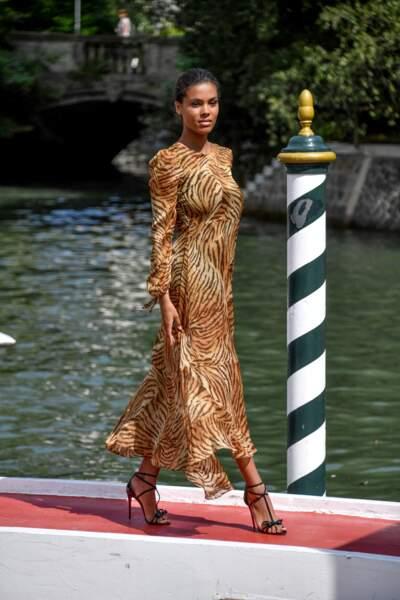 Impériale, la jeune mariée Tina Kunakey vêtue de Twinset se dirige vers le Grand Hôtel Excelsior.