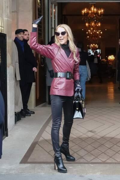 Céline Dion saluant ses fans devant l'hôtel de Crillon