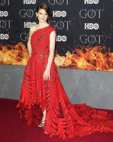 "Rose Leslie à la première de ""Game of Thrones"" en robe rouge Oscar de la Renta"