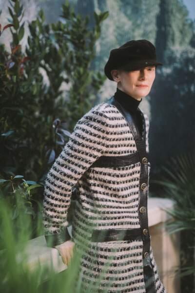 Tilda Swinton, en ensemble en tweed marinière, était présente au défilé Chanel Haute Couture.
