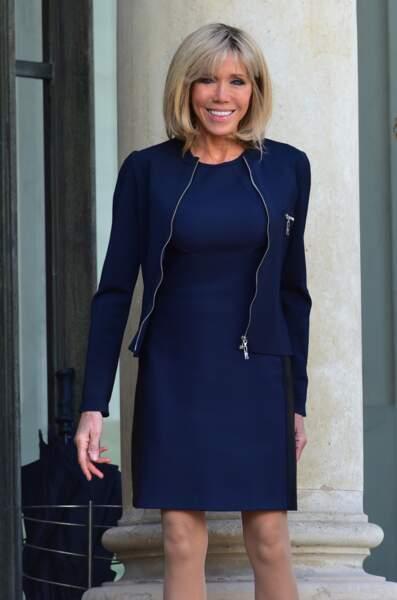 6 juin 2017 : Brigitte Macron en robe courte et veste bleue nuit reçoit Mary de Danemark