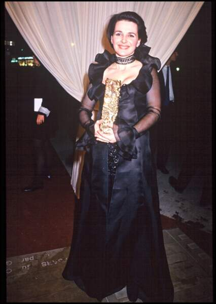 """Juliette Binoche, pose avec le César de la meilleure actrice en 1994 pour """"Trois Couleurs : Bleu"""""""